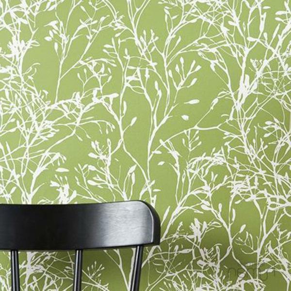 tapete wohnzimmer grün:tapeten-farben-ideen-schwarzer-stuhl-und-grüne-tapete