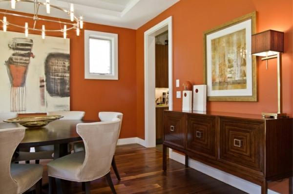 schönes orange esszimmer mit weißen stühlen
