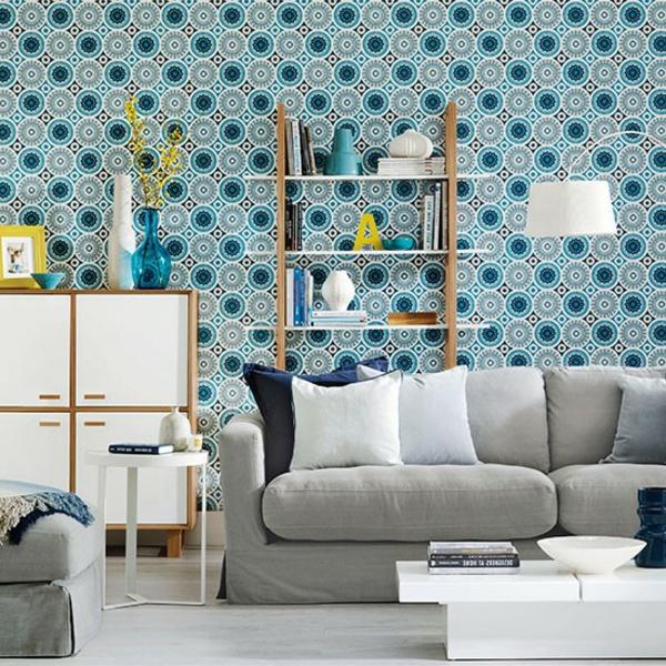 tapeten-farben-ideen-weißes-sofa-und-blaue-tapete