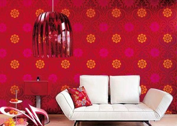 wohnzimmer wände tapeten:rote tapete und weißes kleines sofa im modernen wohnzimmer