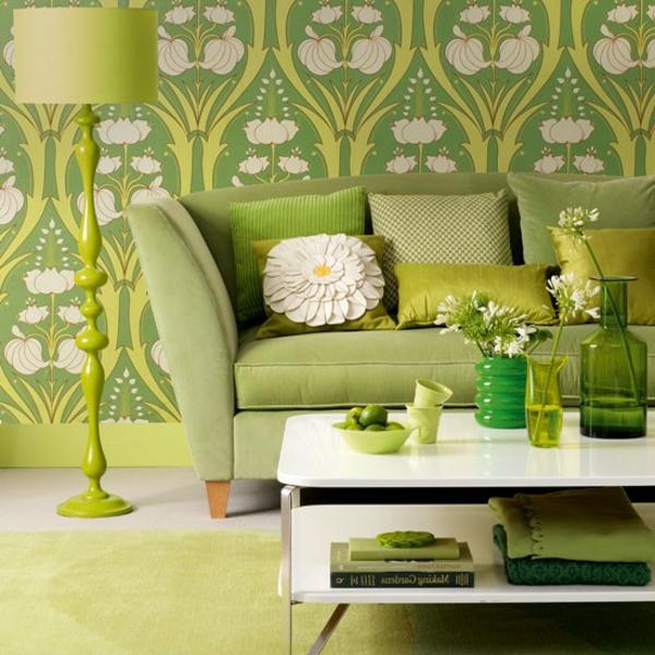 tapeten-farben-ideen-wohnzimmer-mit-einem-grünen-sofa-und-grünen-wänden