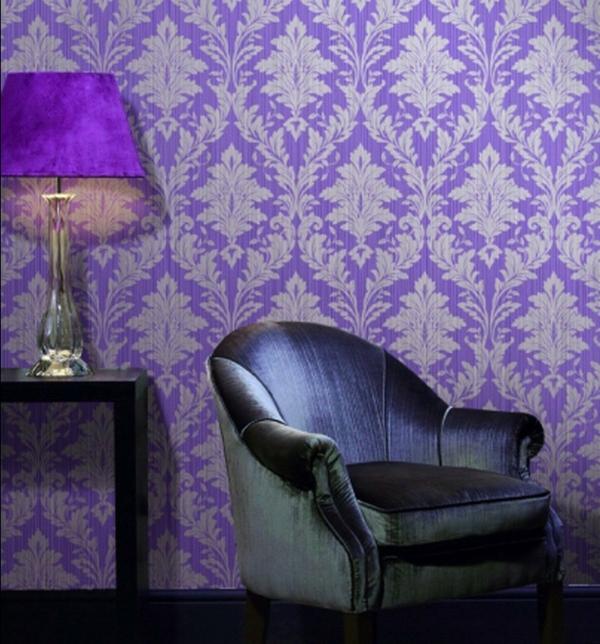 tapeten-farben-ideen-wunderschöne-lila-wand-und-mdoerner-sessel