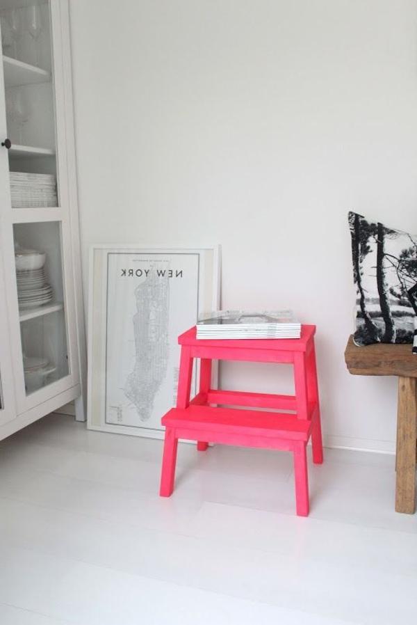 tolle-Dekoration-mit-frischen-neon-Farben-Holzstuhl-in-Rosa