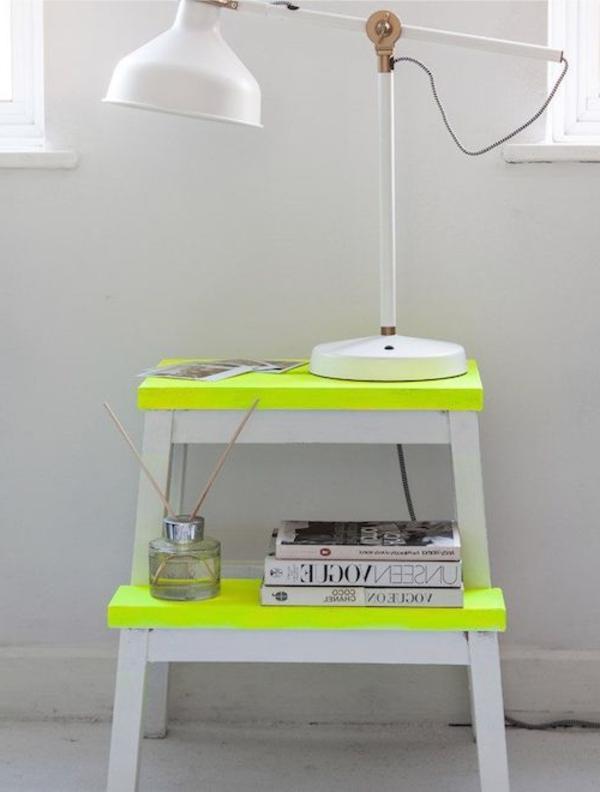 tolle-Dekoration-mit-frischen-neon-Farben-Holztisch