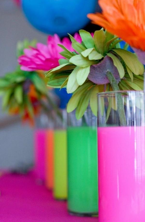 tolle-Dekoration-mit-frischen-neon-Farben-bunte-Vasen-mit-Blumen