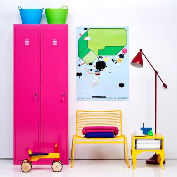 tolle-Dekoration-mit-frischen-neon-Farben-rosa-Schrank