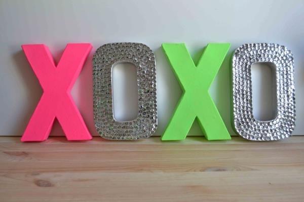 tolle-Dekoration-mit-frischen-neon-Farben-xoxo