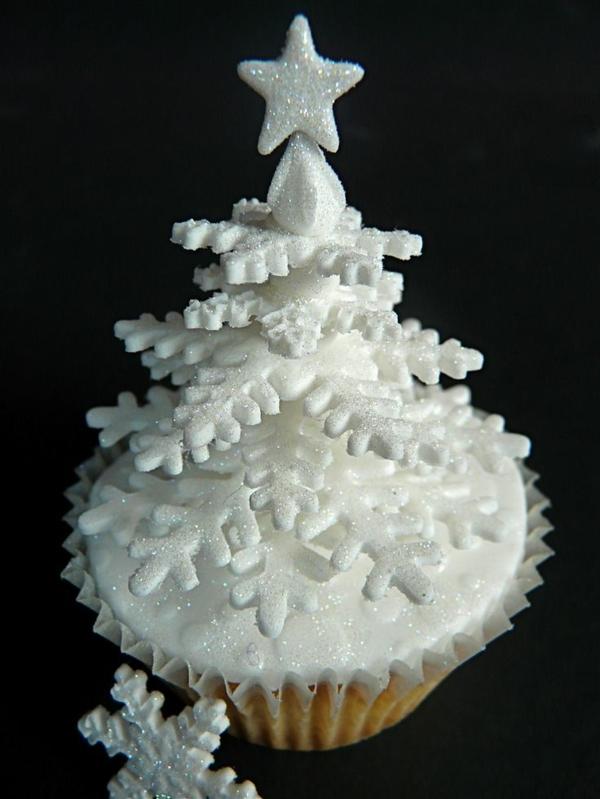 tolle-Ideen-für-Weihnachtscupcakes-Weihnachtsbaum-in-Weiß