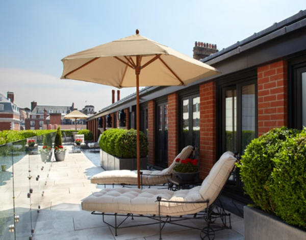 tolle--Terrasse-mit-modernen-Möbeln-einrichten