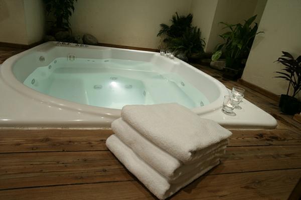-ultra- modernes-Badezimmer-mit-einer-Whirlwanne-Idee