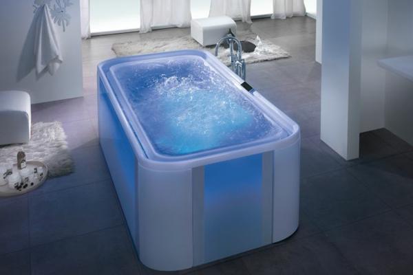 -ultra- modernes-Badezimmer-mit-einer-Whirlwanne--