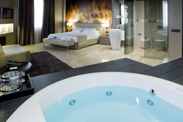 -ultra- modernes-Badezimmer-mit-einer-Whirlwanne