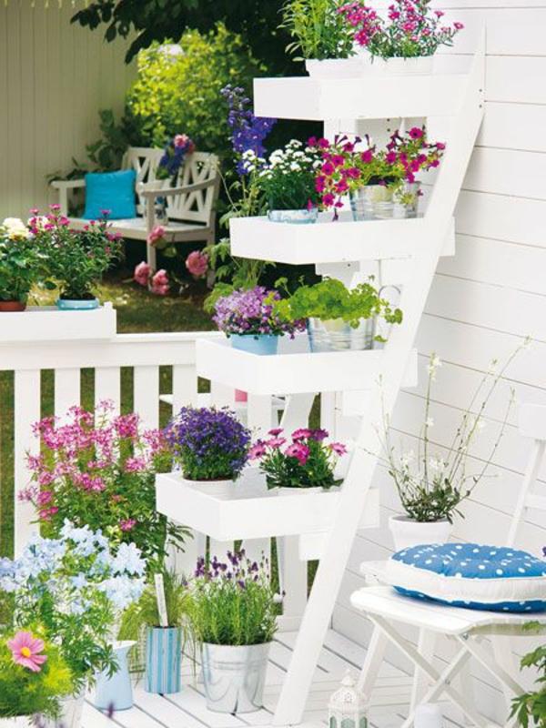 viele-Blumen-weiße-Treppe-