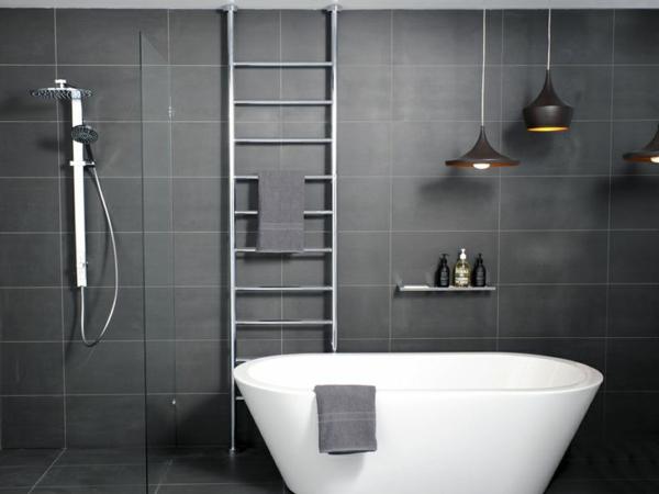 weiße-Badewanne-moderne-graue-Fliesen-Heizkörper