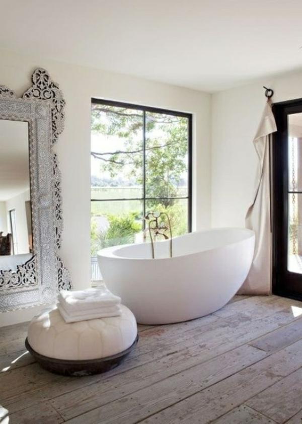 weiße-badewanne-und-großer-spiegel-im-badezimmer