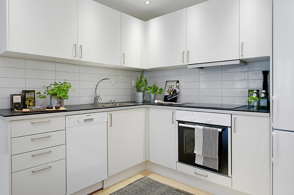 Idee moderne weisse küche mit kochinsel : weiße-kleine-küche-einrichten-coole-gestaltung