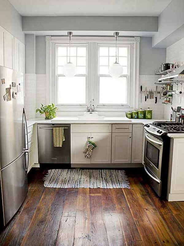 weiße-kleine-küche-einrichten-hölzerner-boden