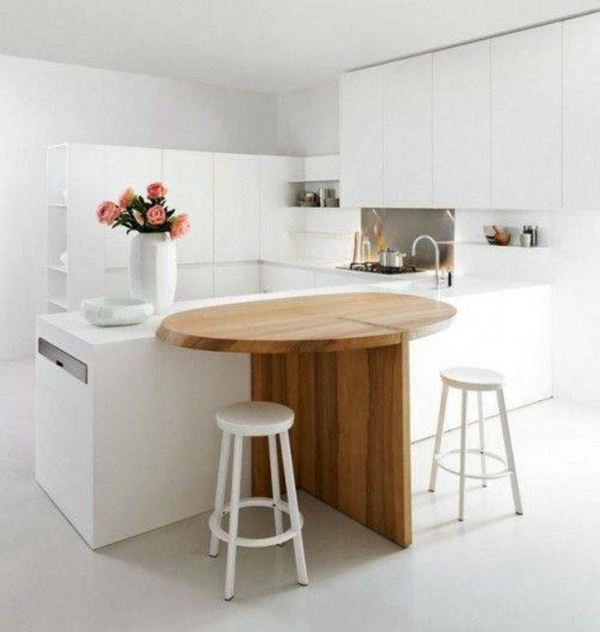weiße-kleine-küche-einrichten-hölzerner-tisch-mit-barstühlen