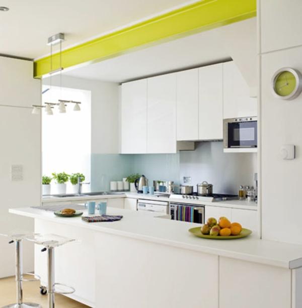 weiße-kleine-küche-einrichten-interessanter-gelber-akzent