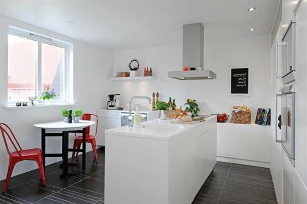 weiße-kleine-küche-einrichten-minimalistisches-design