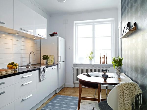 weiße-kleine-küche-einrichten-mit-einem-holztisch