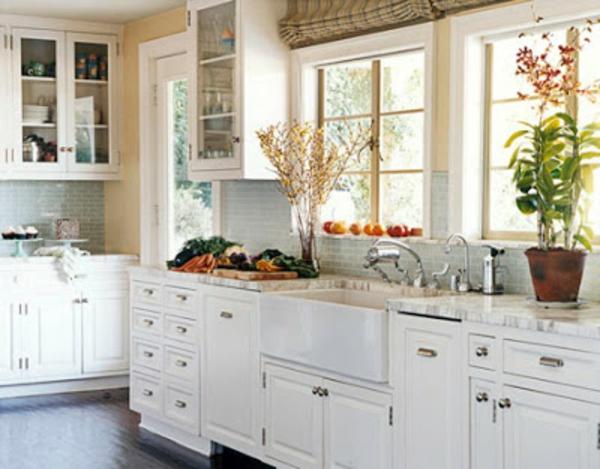 weiße-kleine-küche-einrichten-mit-großen-fenstern