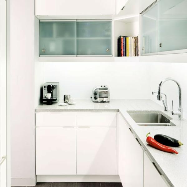 Moderne kleine Küche einrichten: in weiß und schwarz