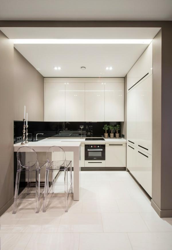 Moderne beleuchtung und möbelstücke in einer kleinen weißen küche