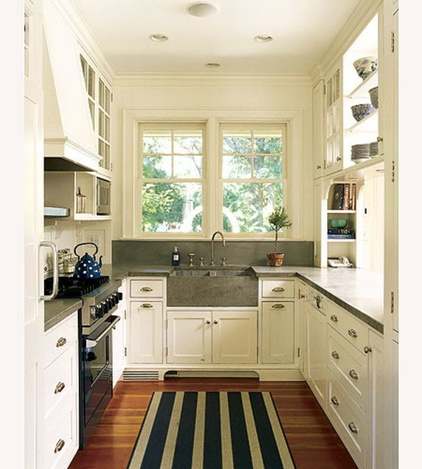 weiße-kleine-küche-einrichten-schöner-teppich