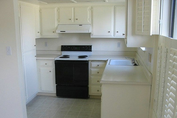 weiße-kleine-küche-einrichten-schwarzer-akzent