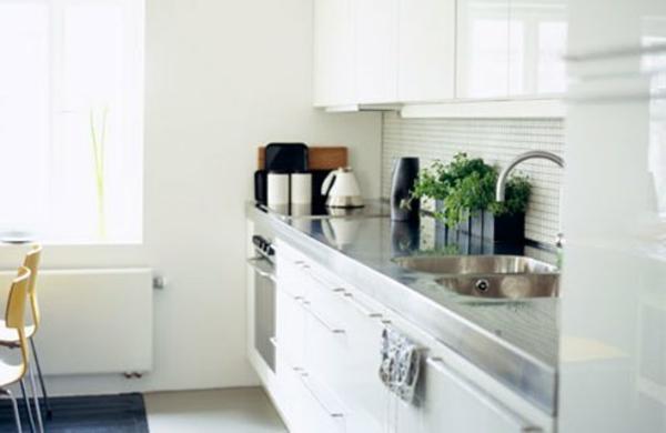 wei e kleine k che einrichten 30 vorschl ge. Black Bedroom Furniture Sets. Home Design Ideas