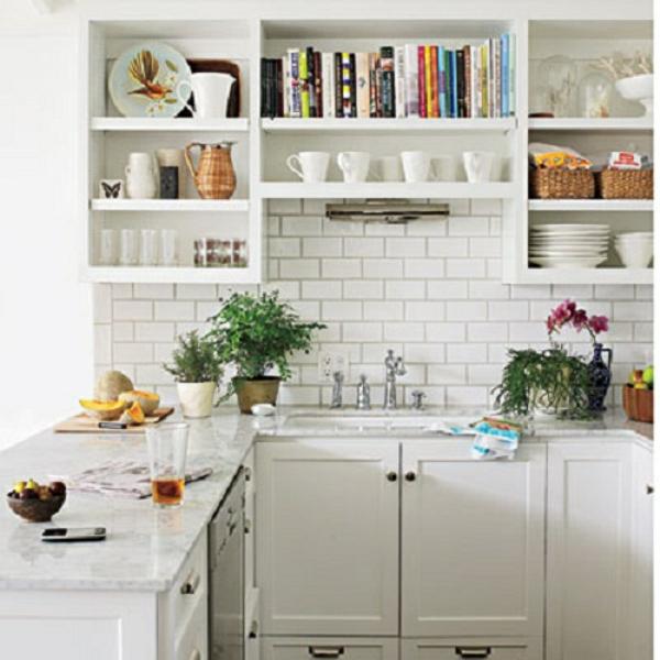 weiße-kleine-küche-einrichten-viele-regale