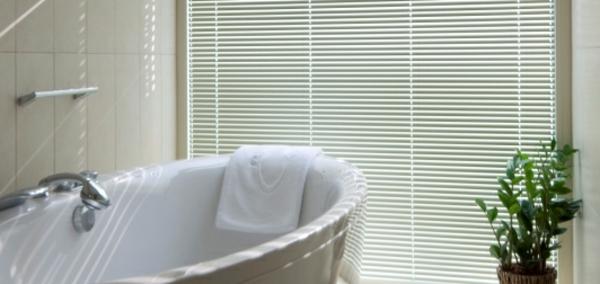 weiße-rollos-für-badfentser