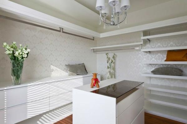 weißer-großer--begehbarer-Kleiderschrank-moderner-begehbarer-Schrank