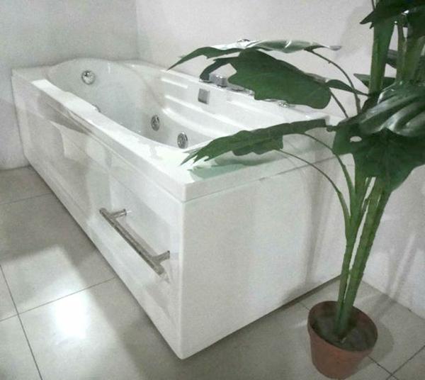 weißer-moderner-portabler-whirlpool-und-eine-grüne-pflanze-daneben-als-dekoration