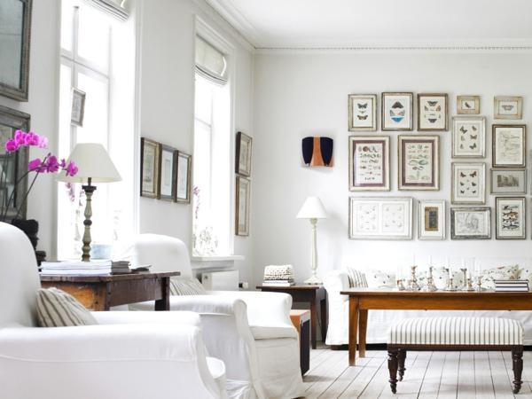 weißes-Wohnzimmer-mit-vielen-Bildern-an-der-Wänden