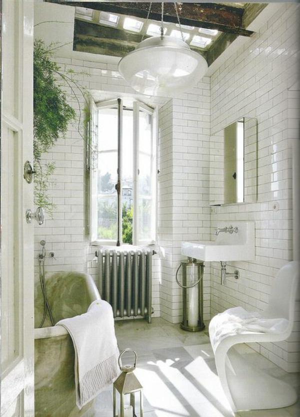 weißes-bäuerliches-badezimmer-mit-einem-designer-badspiegel