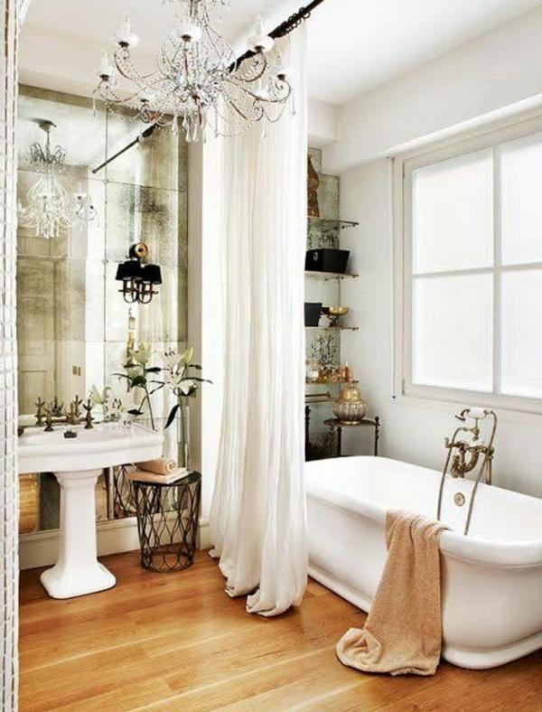 weißes-bad-mit-einem-coolen-badspiegel