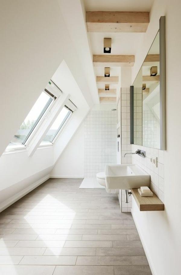 weißes-badezimmer-mit-einem-designer-badspiegel