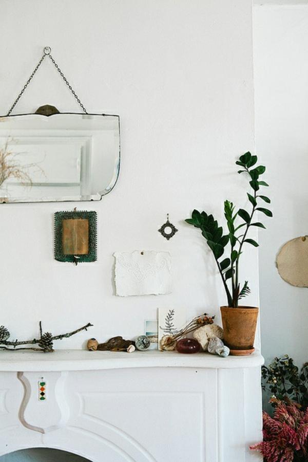weißes-beeindruckendes-badezimmer-mit-einem-designer-badspiegel