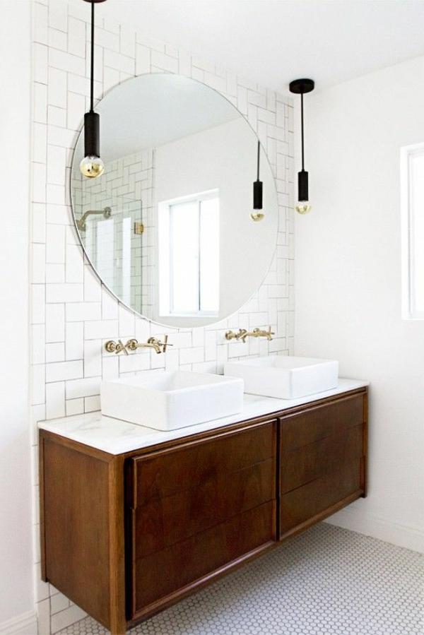 weißes-cooles-badezimmer-mit-einem-designer-badspiegel