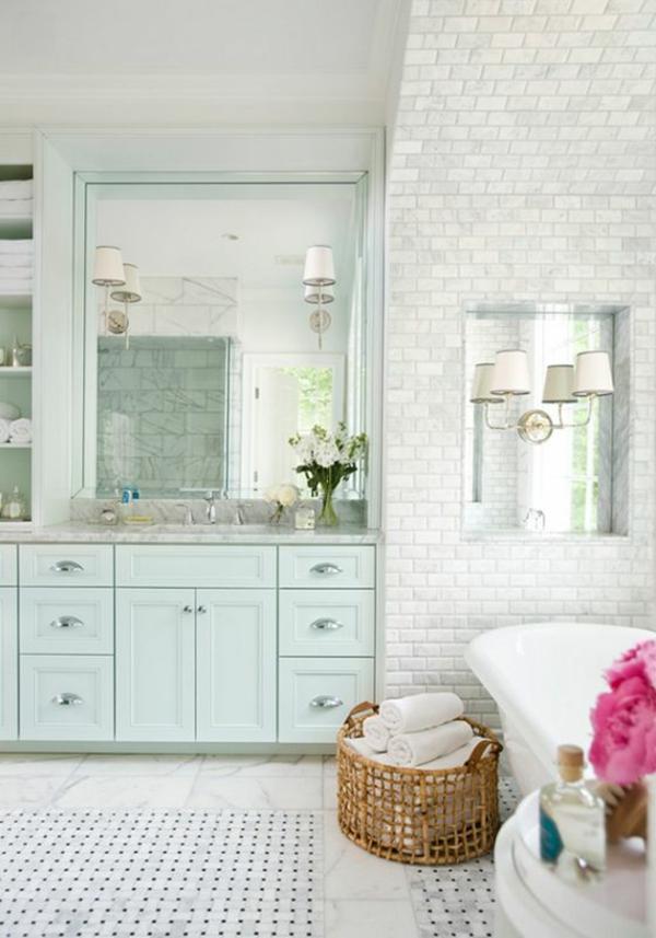 weißes-modernes-badezimmer-mit-einem-designer-badspiegel