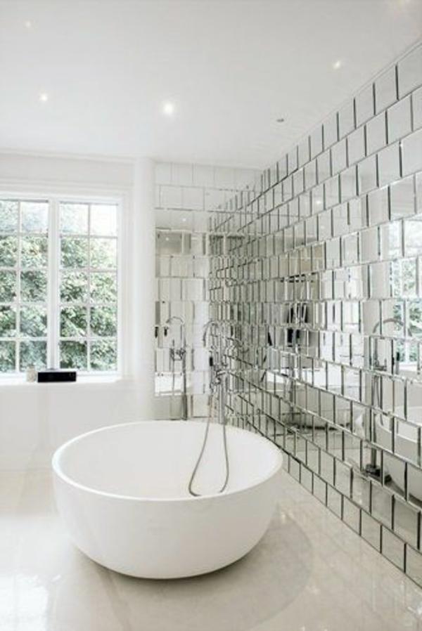 weißes-schickes-badezimmer-mit-einem-designer-badspiegel