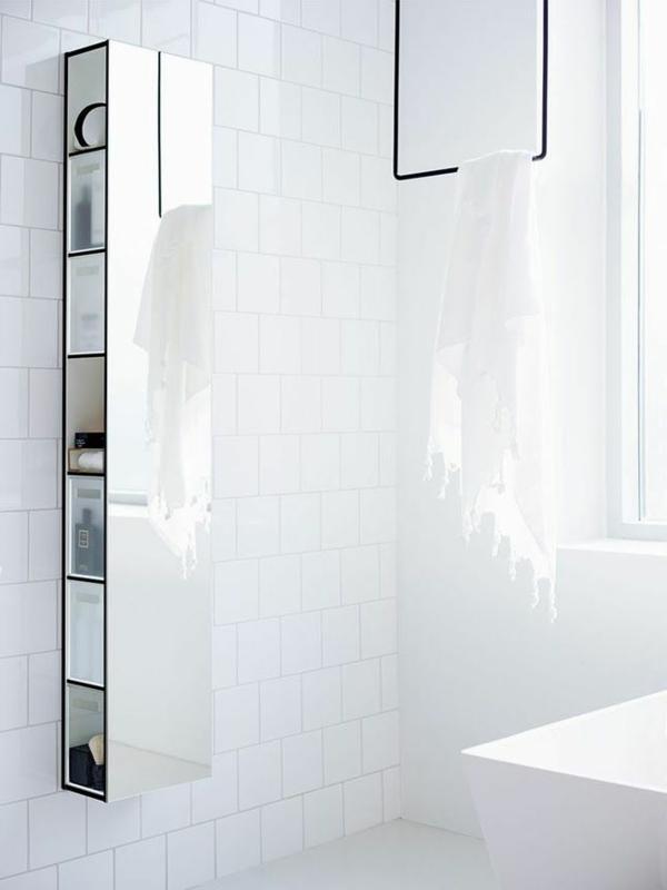 weißes-schlichtes-badezimmer-mit-einem-designer-badspiegel