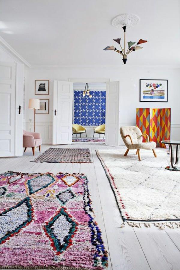 weißes-zimmer-mit-einem-marokkanischen-teppich