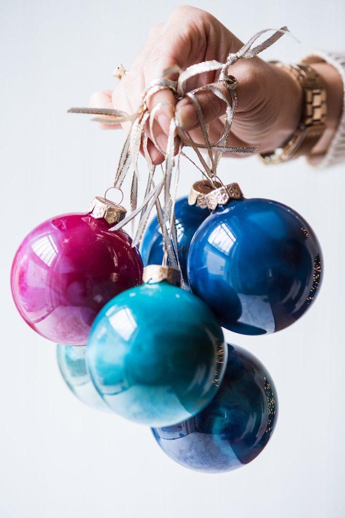 Durchsichtige Christbaumkugeln bunt bemalen, Weihnachtsschmuck selber machen