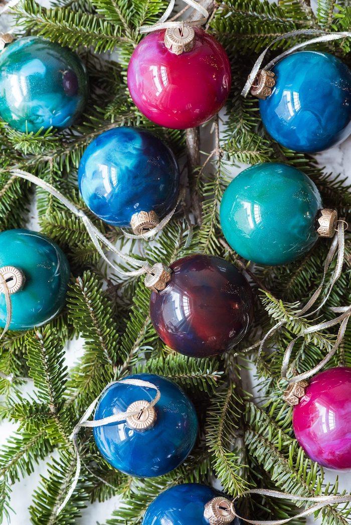 Durchsichtige Christbaumkugeln aus Glas bunt bemalen, Weihnachtsschmuck selber machen
