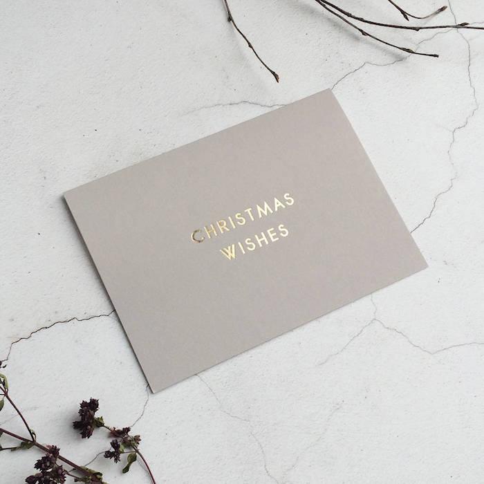 Simples Design für Weihnachtskarten, goldene Aufschrift Christmas Wishes auf grauem Grund