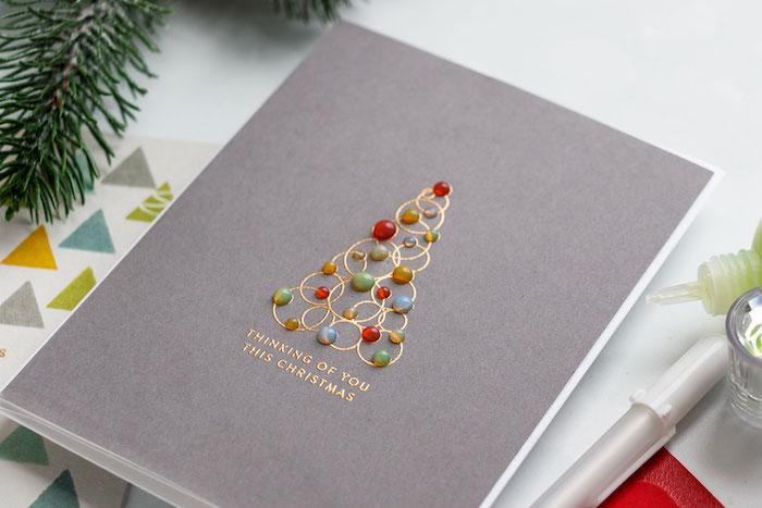 Ideen für Weihnachtskarten, Weihnachtsbaum aus goldenen Kreisen und bunten Perlen
