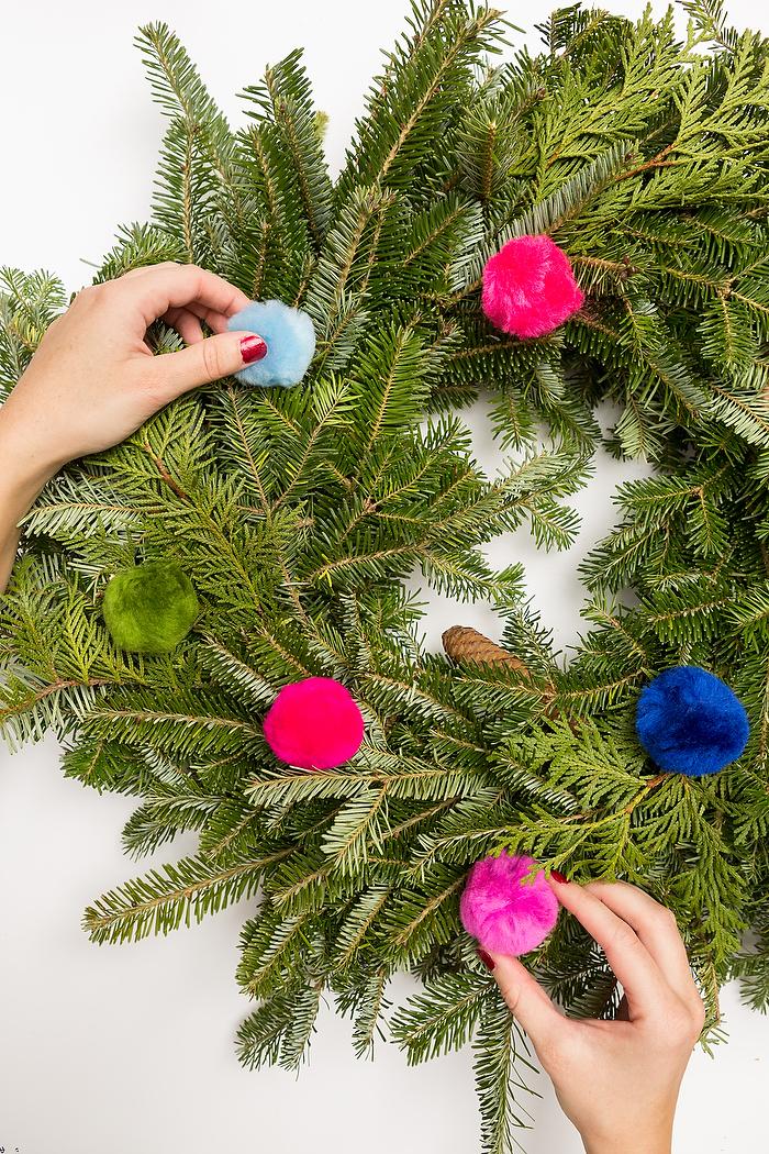 DIY Weihnachtskranz aus echten Tannenzweigen mit bunten Bommeln dekorieren